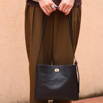 デザインと機能性を兼ね備えたtwist buckle bag