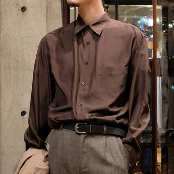 【AURALEE】のシャツ。