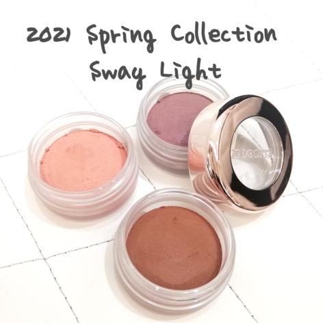 【春の新色】  Sway Light  揺らめく光が表情をつくる。  人気のアイグロウジェムから スチーミーマットタイプに 3色が追加となりました!  春のトレンドなパステル達(* ´ ▽ ` *) かといって甘過ぎない暖色カラーや くすみパープルと どれも可愛いすぎませんか◎  肌馴染みもよく 目元に自然な陰影を作りますので 普段使いもしやすそうですね♪   コンセプトは滑らかな光と、 ふんわり柔らかい影。 それはメロディを奏でるような シンプルかつ新しい彩りを表現しています。   PU100 ウィーピングウィステリア 藤の花のような透け感のある 涼しげな印象のパープル。 肌に伸ばすと少し黄みが増しますが、どちらかというとブルベさん寄りなカラーです。   BR305 アーモンド ココアパウダーのようなこっくりと温かみのある、明るい印象のブラウン。 ニュートラルカラーですが、少~し黄みよりかなと思います。   PK803ペーリィコーラル 淡く肌に溶け込みながらも、目元に可愛さと優しさを与えるライトピンク。こちらはどちらかというとイエベさんカラーです。   どれも単色で可愛いですが、 コーラルピンクをベースに ブラウンとの2色使いも可愛いですよ♪