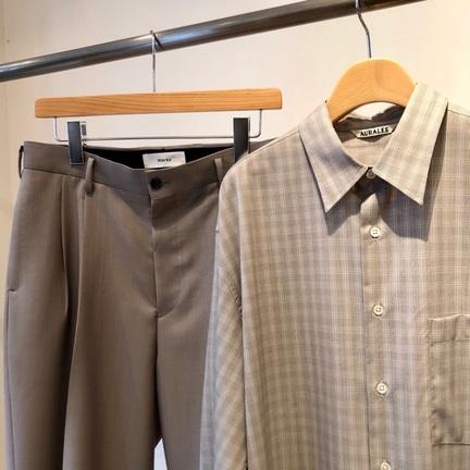 「marka」の定番シルエットパンツは「AURALEE」チェックシャツと