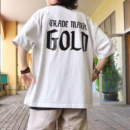 """GOLD""って書いてある、人気のTシャツ。"