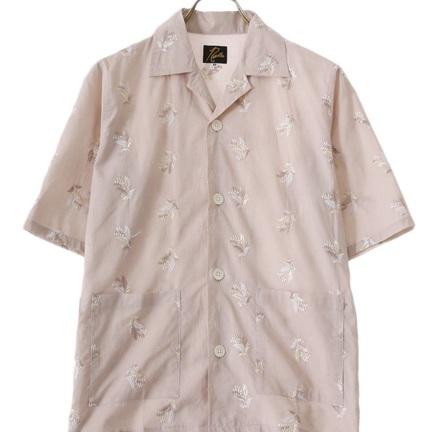 上品な花柄刺繍が映えるシャツ