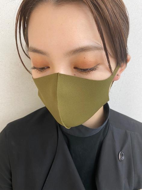:*マスクメイク:*   今時のマスクは白だけでなく柄物やカラフルなデザインのものも増えてきましたよね♫  マスクにメイクを合わせたり、洋服に合わせてみたりとメイクの楽しみ方も 増えたのではないかと思います☺︎  今回は深みグリーンのマスクに合わせてメイクをしてみました♪   ①目のキワを除いてアイホール全体に001C Vimana Goldをのせる ②二重幅より上に005M Pralineをふんわりのせる ③目のキワから二重幅に024P Getawayをのせる  ポイントはどのカラーも境目を残さずしっかりぼかすことで 自然にグラデーションができ馴染みます♫  このアイメイクには赤みのあるブラウン系や、深みのあるオレンジリップがおすすめです♫   マスク着用時も、メイクで楽しんでいきましょう!!