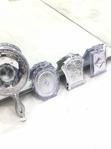 持ち運びに便利なジルスチュアートの手鏡♡♡ コンパクトなので幅も取られず、デザインも可愛くて鏡を使用するのが楽しみになりますよ!!
