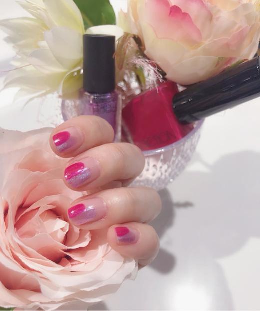 【花びらネイル】  最近暖かくなりましたね! 桜ももうすぐ咲きそうなので、春のネイルをイメージしました。 可愛くて、鮮やかな色を使って、花見の雰囲気にぴったりです☆ 手元が明るくなるとテンションが上がります! 皆さん、春ネイルをやってみませんか?^^  ネイルホリック フューチャーメタル PU140 ADDICTION ザ ネイルポリッシュ Little Queen 016C