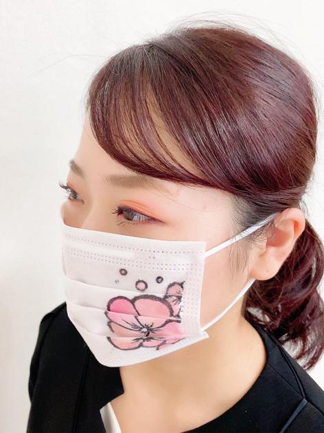 【マスクと楽しむメイク】お顔の半分以上マスクで埋まってしまう今、アイメイクとマスクでコーディネートして楽しんでみてはいかがですか♪ アイシャドウ、チーク、アイライナー...など普段使用しているメイクアイテムで簡単に楽しめます。コスメデコルテのアイグロウジェムはスチーマーマットタイプでふわふわグラデーションに!季節のメイクをマスクごと楽しめます❤︎