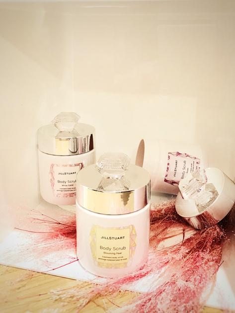 甘くて可愛らしい香りですよ〜〜 香りと肌がキラキラして見えるので癒されました。