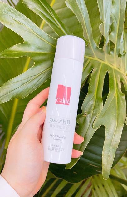 カルテHD モイスチュアローションは高保湿かつ低刺激で香りも無く、とろりとした化粧水です。お肌へのなじみもとてもよく、のびもよくて、潤いが持続する感じがします。スーッと馴染んでベタつきもないです。今はマスク生活も重なり、乾燥がひどく、肌あれもしやすいので保湿がしっかりできます。肌に優しいローションなので敏感な肌でも、使いやすいアイテムだと思います。