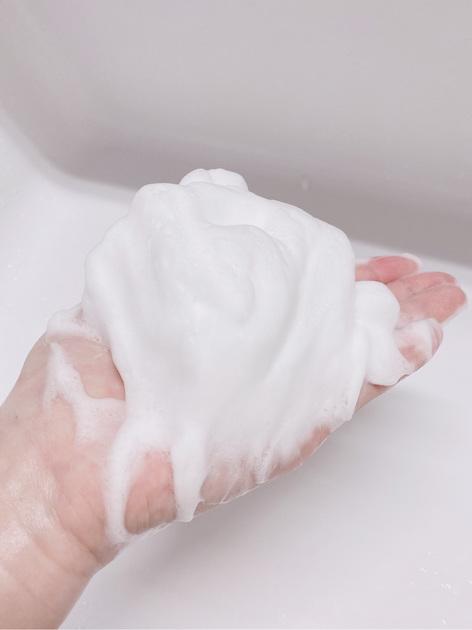知る人ぞ知る高級ブランド、インフィニティ。とても良い商品でお気に入りアイテムばかりですが、毎日欠かさず使っている洗顔「インフィニティウォッシングクリームプレステジアス」を紹介します! ボタニカルオイルを贅沢に配合した高保湿洗顔で、肌の生まれ変わりをサポートし、ハリと透明感に満ちた肌に導いてくれる洗顔です。 摩擦を一切感じないふんわりとした泡で気持ちよく洗顔できます!深いやすらぎ感のある優しい香りで、朝から幸せな気持ちになれます。 洗顔する際のポイントは、泡!汚れは泡で落ちるので、よく泡立ててから使用するのがおすすめです。目安の量は、顔全体でレモン1個分くらいの泡。洗顔ネットを使用すれば簡単にできます!摩擦レスでつるんとした美肌を目指しましょう。