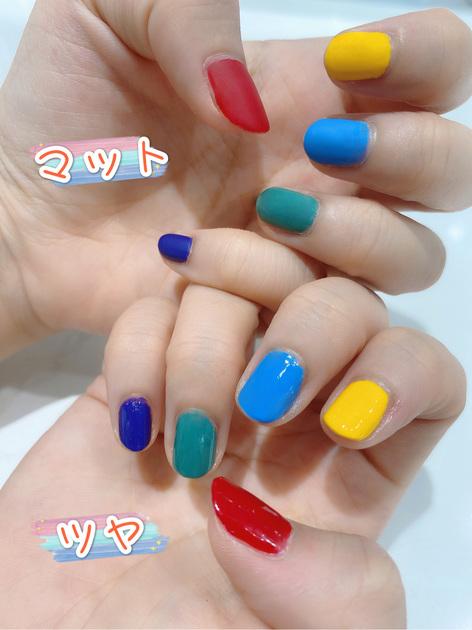 【短い爪にピッタリなカラフルネイル】 彩度の高いビビッドカラーを付けているだけで、テンションもアップして、沢山の元気がもらえますよ〜センスがよく見える多色使いネイルは、季節を問わずに人気ですよね。 色選びが難しそうに思うかもしれませんが、色のトーンを揃えてあげると、違う色同士でも統一感が出ます!さらに、違うトップコートを使うだけで、ツヤとマットの仕上がりが叶います! 普段はシンプルなネイルを好む方、あるいはネイルをしない方も、特別な日にはカラフルネイルを楽しんでみませんか? 「親指-RD410、人差し指-YE502、中指-BL903、薬指-GR715、小指-PU103」、 「左手-SP011マットトップコート、右手-SP041速乾トップコート」