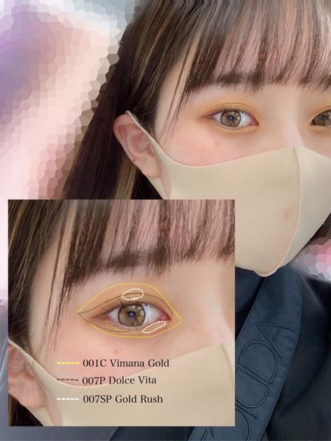 【ゴールドブラウンメイク✧︎】  アディクションのアイシャドウを組み合わせたアイメイクアップをご紹介させていただきます。  <使用アイテム> ザ アイシャドウ 001C Vimana Gold(ヴィマナ ゴールド) ザ アイシャドウ 007P Dolce Vita(ドルチェヴィータ) ザ アイシャドウ 007SP Gold Rush(ゴールドラッシュ) ザ カラーリキッドアイライナー02 Rusty Brunette(ラスティ ブルネット)   001C Vimana Goldはクリームアイシャドウになります。 イエローゴールドのカラーがとても綺麗なのと、クリーム特有のツヤが綺麗に出るのでおすすめです。指でも綺麗に塗ることが出来ます^^  そこに〆色として合わせたのが007P Dolce Vitaです。 ブラウンでとても肌なじみがいいのと、ゴールドのパールがとても輝きます。まぶたにのせてもパールがしっかりと分かりますよ^^  最後はさらに007SP Gold Rushでゴールドを足しました。 とても大粒のラメなので部分使いをして、目を立体的に見せるようにしています。  入れ方は画像を参考にしてみてください。   私は目幅を出すためにブラウンのアイライナーで目尻を少し描いています。 アイライナーは以前の投稿でご紹介させて頂いたので気になる方は是非チェックしてみてください^^   質感の違うアイシャドウ3色でのメイクアップいかがでしょうか?? ブラウンメイクに少し色味を足したメイクアップですので、挑戦しやすいかと思います! 写真のようにしっかりゴールド感を出してもいいですし、クリームアイシャドウを薄くつけるのもオススメです。  良かったら参考にしてみてください♬︎♡