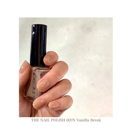 ヘルシーでヌーディーなベージュネイル   とてもなめらかな塗り心地と つややかな光沢が特徴のTHE NAIL POLISHですが、 今回は私の定番色 007S Vanilla Breakをご紹介します。  透き通るようなシアーな発色で、肌に溶け込むような ヘルシーでヌーディーなベージュです。  とてもナチュラルでありながら 洗練された美しい手元に見せてくれます。。  THE BASE COATとTHE TOP COAT 001 Crystal を 一緒に使う事でより手元に優しく、美しさもキープ出来ます。  どんなメイクアップやコーディネートにも 合わせやすいところもお気に入りです。