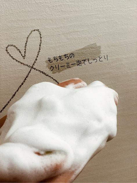 乾燥肌気味の私には、手外せない石鹸です❤︎  ◉好きなポイントはこちら! ①泡立ちネットなしでも、時間がかからずにふわふわクリーミーな泡が出来ます。 ②モコモコの弾力ある泡でお肌にやさしく、癒されます。 ③洗い上がりもしっとりです。 ④コスパ最高です。 半年前から使い始め、朝晩使用でやっといよいよ使い切りです。勿論ストックあります!  ◉自分流の使い方! ①最初に石鹸に対して水切れが悪いの印象がありましたが、100均で写真の「水切り石鹸置き」で問題が一発解決! ②普段は手と泡たちネットで使用することが多いですが、定期的に米肌専用な洗顔パフでマッサージしています。  ぜひお米の力を体感してみてください! 本気でオススメです!