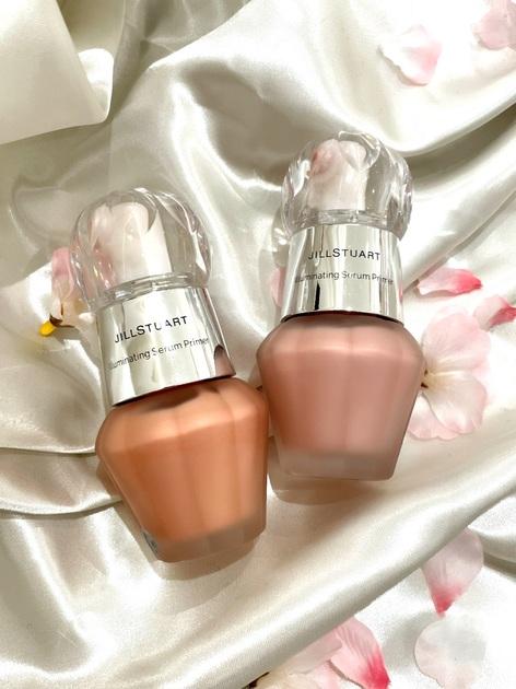 【圧倒的なツヤで大人気のイルミネイティングセラムプライマー】 とてもなめらかにのび、パールの輝きとうるおいで肌に透明感を与えます。 03 cosmic pinkはレッド、シルバー、ブルーのパールが透明感と血色感を同時にプラスします! ブルーのパール感がとても綺麗です!  04 sunrise pinkはレッド、シルバー、ゴールドパールが配合され、ゴールドのパールが健康的な肌色に見せてくれます(*'▽'*) ハイライト部分にスポンジで重ね付けして、ゴージャスな立体感を出しても綺麗です(^^) イエベの私は04が好きです⭐︎  マスク生活でチークをつけるのをサボってしまい、マスクを外すと顔色が悪いときありませんか? チークをつけなくても、肌にほどよく血色感を与えてくれるので、ずぼらな方にもおすすめです⭐︎