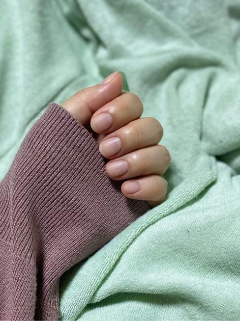 【目指せハンド美人❤︎】 指が長くて綺麗に見える運命の組み合わせを発見しました。 アディクション ザ ネイルポリッシュ 021S RSVPを1度塗りし、ネイルホリックのマットトップコートを重ねて、ふんわりとした素肌のような質感に整えます。  短めの手指も延長したように見せてくれて、簡単に丁寧にケアしたような手元を演出してくれますよ! ナチュラルな雰囲気がお好きな方におすすめです。