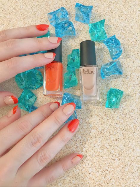 フレンチネイルは、簡単にできて定番です!  よく見るフレンチネイルはクラシックが多いですが、トレンドのレインボーフレンチネイルがオススメです!  ネイルのトップに私はビビットオレンジをのせて、暑い夏の海と砂浜をイメージしました。 皆さんもお好きな色を合わせてお洒落を楽しんでみてください!