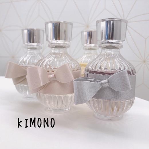 《SNSで話題のフレグランス⭐︎KIMONOキモノ》  SNSで話題、店頭でもお問い合わせの多いフレグランスの紹介です。   まずこのボトルのデザイン、とっても可愛いですよね! KIMONO(着物)という商品名で、ボトルが帯をしています♡   香りは4種。  YUI  (ユイ) スダチ、オレンジフラワー、ピンクペッパー 万人受けする人気No. 1。 可憐で清潔感のある香り。  URARA  (ウララ) スイレン、メロン、ふじりんご フルーティでフレッシュな香りですが、ラストノートにサンダルウッドなどオリエンタルな香りがでてくるので香りの変化を楽しめます。  KIHIN  (キヒン) アヤメ、ジャスミン、パチュリ エレガントで知的な香り。 フレグランスでよく使用される成分が多く入っており王道の香り。  RIN  (リン) キャンディプラム(甘い梅)、ジャスミン、パチュリ 甘く印象に残るような個性的な大人の香り。 男性のお客様にも好評です。   全てに日本人になじみある和の素材が使われています。  可愛らしいイメージの香りから大人っぽい香りまで、様々なのでお好みの香りが見つかりますよ。 共通して言えるのがどれもデコルテらしくとても上品な香りだというところ⭐︎   いつまでもずっと使い続けたくなるような香りを是非見つけてくださいね!