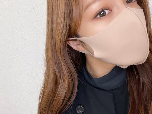ADDICTION ベージュマスクにオススメアイメイク ♩  マスクもファッションの一部になってきて、メイクに合わせたり、 お洋服に合わせたりすることも多くなりましたね!  そんな毎日のマスクメイクにおすすめの組み合わせをご紹介します! 今回は1番ベーシックに使いやすいベージュのマスクを選びました。  ベージュのマスクは、肌に近いカラーなので、とっても使いやすいですよね! 正直どんなカラーでも合わせづらい、、というのが1番少ないと思います。  ただ!肌色に近いからこそぼやけて見えてしまう。。ということもあります そんなベージュマスクに合わせたアイメイクアイテムはこちら⤵︎⤵︎  ▼THE EYESHADOW  007P Dolce Vita 010SP Imperial Topaz 012M Cashmere  012C Duomo  ▼EYELINER PENCIL 009 Rabbit Hole  ▼THE COLOR LIQUID EYELINER  002 Rusty Brunette   ▼THE GLOW STICK  003 The Sun I can Touch   アイシャドウは肌馴染みの良いDolce Vitaのイエローブラウンに 暖かみを増してくれるCashmere を上からふんわりと重ねます。 スパークルタイプのImperial Topaz を最後に重ねるとより季節感がでますよ(^_^) そして、欠かせないのがアイライナーです!ペンシルで粘膜を埋めるだけで 目元が一気に引き締まります!!!個人的にアイメイクを完成させるには欠かせないアイテムです。  また、マスクメイクには欠かせないハイライト◎ 最後の仕上げにチークボーンや鼻筋、目頭にいれて見てください。  マスクメイクに悩んだらぜひ参考にしてみて下さい☺︎