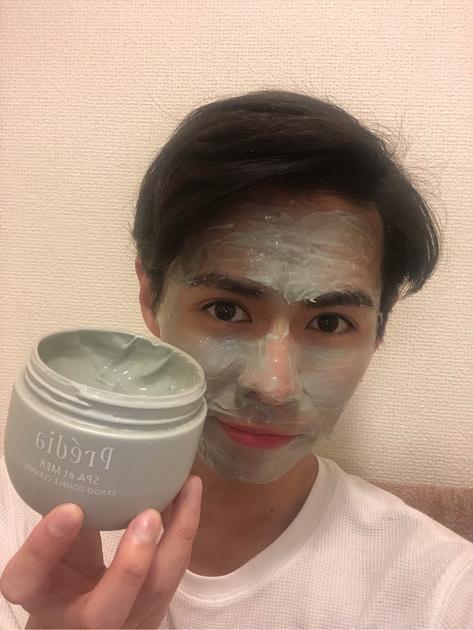 「高級スパ気分が味わえる癒しクレンジング」 スキンケア男子のTsubasaです!笑 今回ご紹介するのはプレディアの泥クレンジングです。  天然ミネラル泥配合のクリームクレンジング料で、クレンジングと洗顔ダブルでできちゃうので、時短にもなります。僕はゆっくり顔をマッサージするようにクレンジングを写真のように塗ってリラックスしながらクレンジングをします笑 ※2枚目は変顔30%バージョンですw   一番のお気に入りポイントはプレディアのコンセプトでもある海やスパで得られる癒しを香りや洗い心地で堪能できるところです。高級ホテルでスパを受けているかのうようなセレブ気分になれますし、なんか塗ってマッサージするのが楽しいです笑  クレンジングって「落とすだけの作業」と思われがちで、与えるスキンケアだけを丁寧にすればいいや!って思うか方も多いですが、クレンジングを丁寧にすることで後のスキンケアがよく馴染みます!  肌の清浄とともに心の汚れやストレスまでもプレディアのファンゴWクレンズで洗い落としてみてはいかがですか?、、、、笑   いつものお風呂時間が 癒しのスパタイムに変わりますよ!!