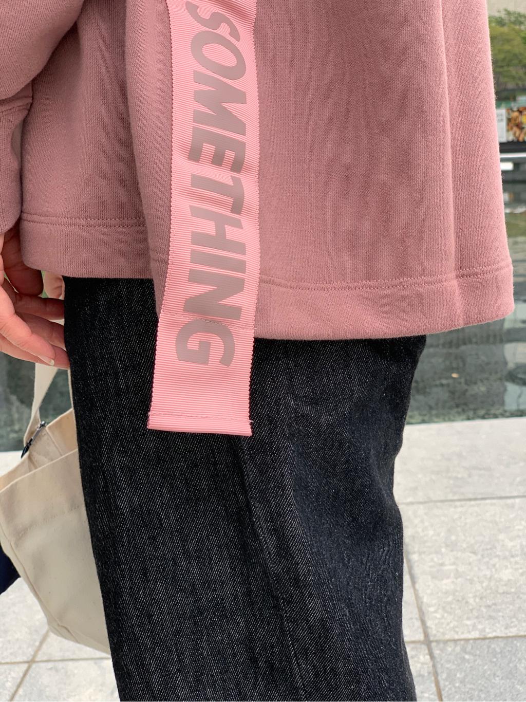 LINKS UMEDA店のYUKIさんのSOMETHINGのSOMETHING サイドロゴテープ トレーナーを使ったコーディネート