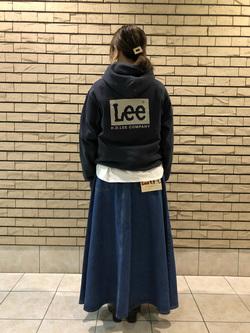 札幌パセオ店のChisatoさんのLeeの【ユニセックス】バックプリントロゴ パーカーを使ったコーディネート