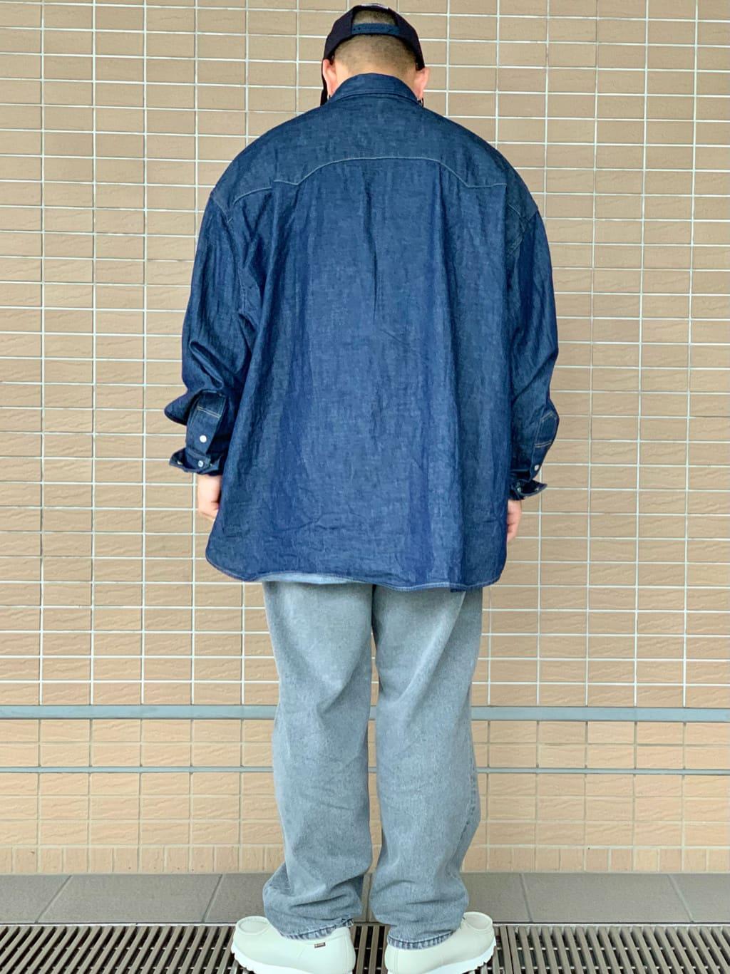 ルクア大阪の番場 祐太郎さんのLeeの【試着対象】SUPERSIZED デニムシャツを使ったコーディネート